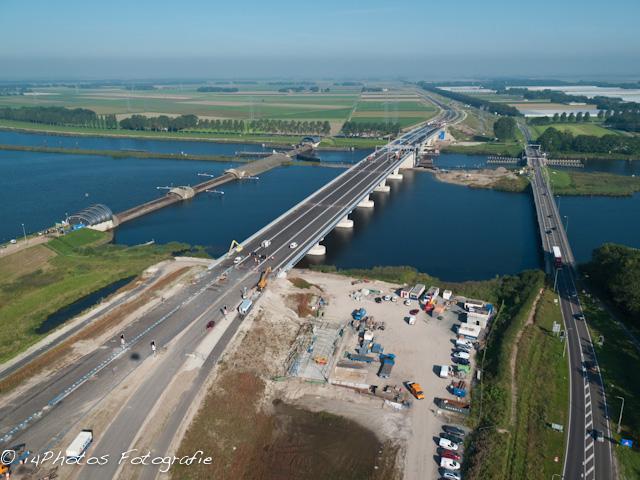 Nieuwe en oude Ramspolbrug en Balgstuw